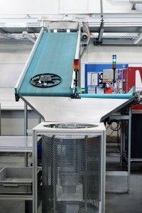 Im Bild ein Abgang der Hochbandanlage: Die Lüfterräder landen in einer Puffertonne, werden anschließend verpackt und zu den Kunden versandt. (Bildquelle: alle Wirthwein)