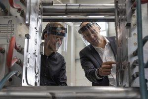 Tobias Völker (Leiter Marketing, Haimer) und Sebastian Völk (Vertrieb, Deckerform) beim Gespräch über das Spritzgießwerkzeug. (Bildquelle: Haimer)