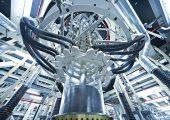 Produktion einer Folie aus Biokunststoff: Der Extruder erzeugt die als transparente Säule sichtbare Blase. Am oberen Ende der Säule wird die Folie zusammengelegt. (Bildquelle: Südpack)