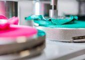 Durch kreisförmige Bewegungen wird in dieser Maschine zur Textilprüfung unter anderem die Scheuerfestigkeit geprüft. (Bildquelle: Hohenstein)
