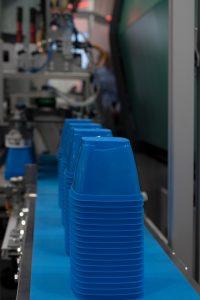 Dünnwandige Becher aus Kunststoff werden in der Lebensmittelindustrie häufig verwendet.