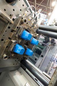 Umformwerkzeug: Blick auf das Werkzeug mit den fertigen Bechern. (Bildquelle. alle SEW)