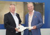 Symbolische Schlüsselübergabe von Kurtz Ersa CEO, Rainer Kurtz und IZW Geschäftsführer Ralf Reich. (Bildquelle: Kurtz Ersa)