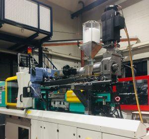 Der Prototyp der Inline-Compoundierung mit Faservorbehandlung und Extruder in Sattelanordnung (hier von der Seite) wird im Technikum der Kunststofftechnik Paderborn für Untersuchungen eingesetzt. (Bildquelle: KTP)