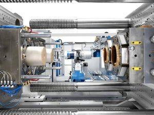Große Bauteile schneller entformen: Die Speed-Option der Baureihe sorgt für schnelle Schließenbewegungen bei großen Öffnungshüben. (Bildquelle: Krauss Maffei)