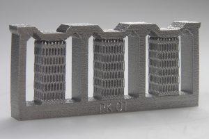 Die Stützstrukturen dieses additiv gefertigten Bauteils werden mit modernster Robotertechnologie entfernt. (Bildquelle: Loll)