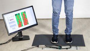 Jedes der farbigen Felder auf dem Bildschirm steht für einen bestimmten Sensor in der Matte. Echtzeitnah wird angezeigt, wie stark welche Bereiche der Füße gerade belastet werden. Rot steht für hohen, gelb für mittleren und grün für geringen Druck. (Bildquelle: Fraunhofer IPA/Rainer Bez)