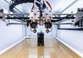 Forscher vom Fraunhofer IPA fertigen mit einer Kombination aus 3D-Druck und Schwerkraftguss, dem sogenannten additiven Freiformgießen, einen mehrkomponentigen Robotergreifer. (Bildquelle: Fraunhofer IPA/Rainer Bez)