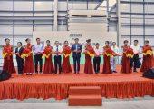 Zhao Tong (Mitte), Geschäftsführer der Arburg-Organisationen in China, eröffnete offiziell das neue Arburg Technology Center (ATC) in Pinghu. (Bildquelle: Arburg)