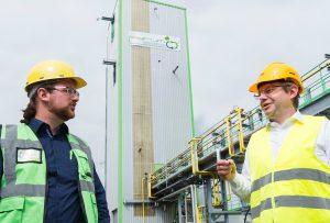 Pascal Klein (links), Gründer und CEO Pyrum Innovations und Dr. Christian Lach (rechts), Projektleiter ChemCycling bei BASF, vor der Reifenpyrolyseanlage von Pyrum. (Bildquelle: BASF)