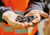 Zerkleinerte Altreifen, die zu Pyrolyseöl weiterverarbeitet werden. New Energy wird BASF mit bis zu 4.000 Tonnen Pyrolyseöl pro Jahr aus Altreifen beliefern. (Bildquelle: BASF)