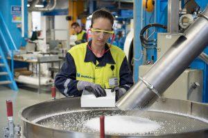 Mitarbeiter an der großen Compoundinganlage in Linz, Österreich. (Bildquelle: Borealis)