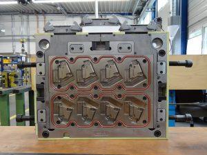 Die Düsenseite ist bei diesem Werkzeug 2-teilig, da eine thermische Trennung zwischen Thermoplast- und Silikonbereich notwendig ist. (Bildquelle: Simone Fischer/Redaktion Plastverarbeiter)
