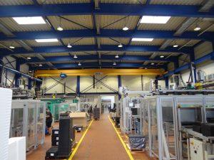Im vorderen Teil der Spritzgießfertigung werden die mehrkomponentigen Bauteile gefertigt, im hinteren Bereich die Silikonoptiken. (Bildquelle: Simone Fischer/Redaktion Plastverarbeiter)