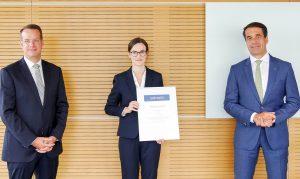 IKV-Institutsleiter Professor Christian Hopmann, Preisträgerin Melanie Kostka und Bernd Reifenhäuser, CEO der Reifenhäuser Gruppe, bei der Preisverleihung in Troisdorf (v.l.n.r.). (Bildquelle: IKV)