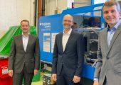 Prof. Christian Hopmann, Dr. Thorsten Thümen und Dr. Malte Röbig bei der Übergabe der neuen Anlagentechnik im Spritzgieß-Technikum des IKV. (Bildquelle: IKV)