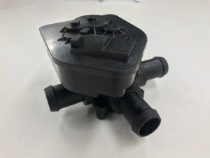 3-Wege-Kühlmittelsteuerventil mit zwangsentformten Anschlussstutzen mit Laser geschweißtem Gehäuse aus einer Prototypenabmusterung. (Bildquelle: Kuraray)