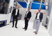 Weltpremiere im temporären Showroom: Renzo Davatz (CEO KraussMaffei HighPerformance), Eric Overbeek (VP Sales) rechts) und Stefan Kleinfeld (Produktmanager PET-Systeme) links) präsentieren die neue Netstal PET-Line. (Bildquelle: KraussMaffei HighPerformance)