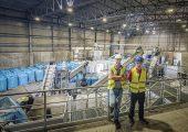 Andrej Gustin (links), Product Manager bei Dinos, und Jure Jambrovic, Plant Manager bei Dinos, vor der neuen Kunststoff-Aufbereitungsanlage von Lindner Washtech und Erema. (Bildquelle: Lindner)