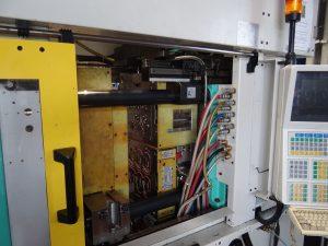 Auf einem Arburg Allrounder 470 C werden mit dem 6-kavitätigen Werkzeug die 2K-Rahmen gefertigt. (Bildquelle: Simone Fischer/Redaktion Plastverarbeiter)