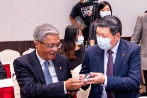 Walter Yeh, Präsident und CEO der Außenhandelsorganisation Taitra (rechts) beim Netzwerken mit Charles Wie von Fong Kee International Machinery