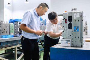 Dank des erworbenen Fachwissens sind die Ingenieure von des Werkzeugbauers in der Lage, die Werkzeuginnendrucksensoren selbständig in die Spritzgießformen einzubauen. (Bildquelle: Kistler)