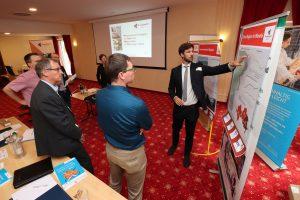 Kai Rompczyk  vom Institut für kommunale Planung und Entwicklung (IKPE) aus Erfurt diskutiert mit Teilnehmern ozioökonomische Aspekte des Strukturwandels. (Bildquelle: Steffen Beikirch/TITK)