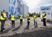 Ehrengäste beim Spatenstich für das neue Produktionsgebäude von Röchling Medical in Neuhaus (v. l. n. r.): Alexander Stauch (Managing Director BU Medical Europe), Evelyn Thome (CFO Röchling Group), Joachim Lehmann (Director BU Medical Europe), Uta Kemmerich-Keil (Beirat Röchling-Gruppe), Martin Fischer (Werksleiter Röchling Medical Neuhaus) und Boris Fröhlich (President & CEO Röchling Medical)