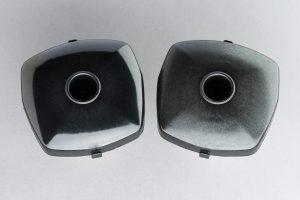 Die neuen auf Polyamid 6 basierenden glasfaserverstärkten Typen überzeugen im Vergleich zu Standardmaterialien (im Bild rechts) mit sehr geringen Emissionswerten und guter UV-Stabilität und sind somit besonders für den Einsatz in funktionalen Sichtteilen im Innenraum geeignet. (Bildquelle: BASF)