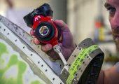 Der verbesserte Messtaster mit Smart-Buttons und RFID-Chip im Messeinsatz. (Bildquelle: API)
