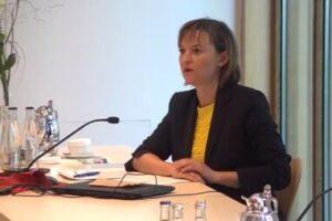IK-Hauptgeschäftsführerein Dr. Isabell Schmidt setzt sich mit dem Forum PET für eine faktenbasierte Diskussion ein. (Bildquelle: IK)