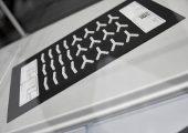 Im AKF-Verfahren lassen sich resorbierbare Originalmaterialien verarbeiten. Die Firma Samaplast stellt beispielsweise knochenähnliche Plattenimplantate her, die nach und nach durch körpereigenes Gewebe ersetzt werden. (Bildquelle: Arburg)