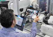 """Aufgrund der Corona-Auswirkungen hat der Maschinenhersteller eine """"remote"""" Maschinenabnahme geschaffen. Hierbei geht ein Vertriebsmitarbeiter per iPad mit dem Anwender alle Anforderungen Punkt für Punkt durch. (Bildquelle: Arburg)"""