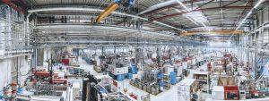 Viele gleiche oder ähnliche Spritzgießmaschinen, die vergleichbare Bauteile herstellen, gibt es in der Serienfertigung häufig. (Bildquelle: Fischer)