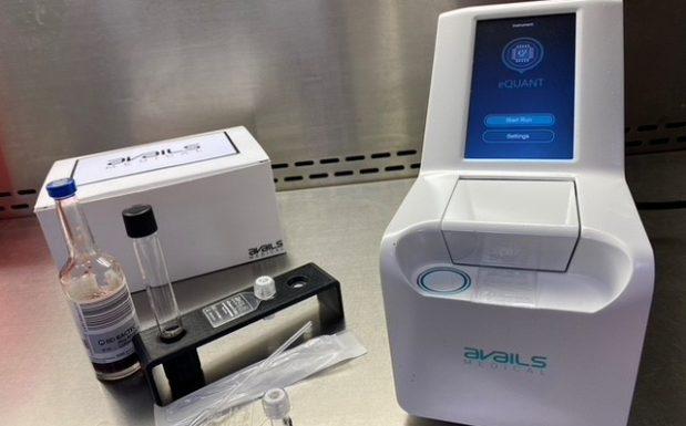 Das Team des US-Startups Avails Medical entwickelt Diagnostiksysteme, die auf elektronischen Biosensoren beruhen. Die Sensoren können in kürzester Zeit Bakterien und Pilze detektieren und Antibiotikaresistenzen messen, um bei lebensgefährlichen Infektionen schnell effektive Antibiotikatherapien zu verabreichen. Zu den Anwendungsgebiete gehören unter anderem Blutvergiftung, Harnwegsinfektionen, sexuell übertragbaren Krankheiten, Meningitis und MRSA. (Bildquelle: AvailsMedical)