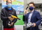 v.l.n.r.: Andreas Rank, wissenschaftlicher Mitarbeiter, und EZD-Leiter Dr. Felipe Wolff-Fabris arbeiten im Rahmen des neuen  Projekts an antimikrobiellen Pulverbeschichtungen von Kunststoffgegenständen. Bildquelle: SKZ)