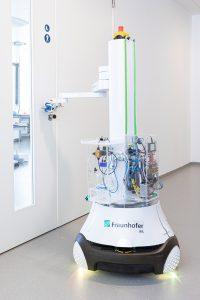 Der mobile Reinigungs- und Desinfektionsroboter DeKonBot fährt selbstständig zu kritischen Objekten wie Türgriffen und desinfiziert diese. (Bildquelle: Fraunhofer IPA/Rainer Bez)