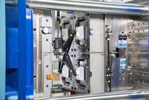 EcoPower Xpress 300/1100+ – Entnahme Margarinebecher aus dem Werkzeug. (Bildquelle: Wittmann Battenfeld)