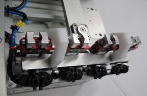 Dieser Parallelgreifer mit elektropoliertem Edelstahlfinger wurde für die Entnahme von medizintechnischen Produkten aus einer Form von Otto Männer konzipiert. (Bildquelle: Gimatic)