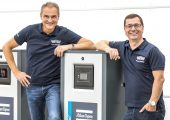 Daniel Oltrogge, geschäftsführender Gesellschafter (links) und Marcus Scheiber, Geschäftsführer der Oltrogge (rechts) freuen sich über die Partnerschaft. (Bildquelle: Oltrogge)