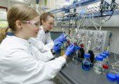 Aufbau eines Versuchs im Bioreaktor im RWTH-Institut für Angewandte Mikrobiologie. (Bildquelle: Peter Winandy)