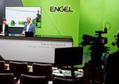 Die erste live e-xperience  war ein großer Erfolg. CSO Dr. Christoph Steger eröffnete gemeinsam mit Moderatorin Mari Lang am ersten Messetag die begleitende Online-Konferenz, für die Engel zwei Streaming-Studios eingerichtet hatte. (Bildquelle: Engel)