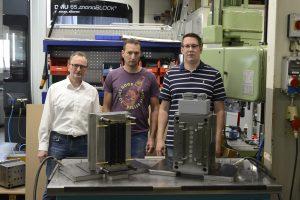 Im Werkzeugbau von elm-plastic: Entwicklungsleiter Roman Möhs, Produktionsleiter Timo Dedisch mit Stephan Hatarik, Technischer Verkäufer Hasco hot runner.