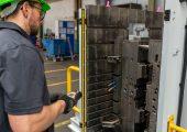 Der Sicherheitslichtvorhang schützt das Bedienpersonal am oder in der Nähe des Werkzeugöffners. (Bildquelle: RUD)