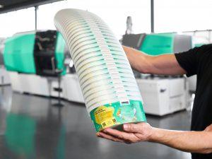 Smarte Spritzgießmaschinen von Arburg sind in der Lage, Rezyklate in schwankenden Qualitäten zu verarbeiten. So produzierte ein Allrounder 820 H in Packaging-Ausführung IML-Becher mit digitalen Wasserzeichen. (Bildquelle: Arburg)