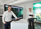 Benjamin Franz (links), Manager Digital Solutions und Stephan Reich, Abteilungsleiter IT-Anwendungsentwicklung bei Arburg. (Bild: Arburg)