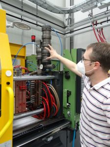 Steffen Rapp erläutert das Funktionsprinzip einer Mini-Inject mit der Materialzufuhr über eine Kartusche. (Bild: Redaktion)