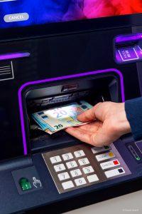 Die Geldautomaten der DN Series bieten in ihrer Premium-Variante beim Geldausgabe- und beim Kartenleseschlitz sowie bei den seitlichen Sichtschutzflächen Möglichkeiten zur Farbindividualisierung mit Licht. Bild: alle Diebold Nixdorf
