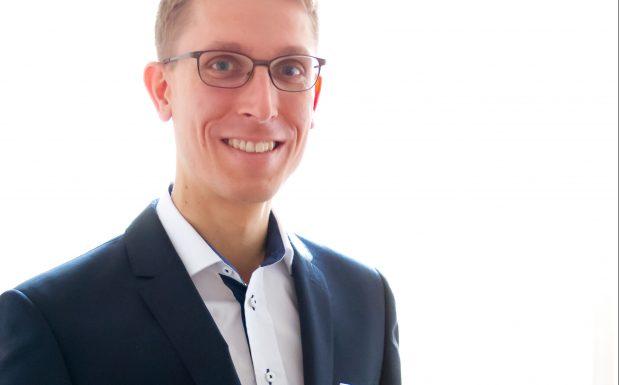 "Dr. David Christian Berg bekam den Wilfried-Ensinger-Preis für seine Dissertation mit dem Thema ""An Innovative Approach for Simultaneous Measurement of Cure Shrinkage and Thermal Expansion of Reactive Liquids"" (Betreuer Univ.-Prof. Dr.-Ing. Ziegmann). (Bildquelle: Universität Stuttgart)"