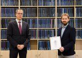 """Dr. Michael Stegelmann (rechts) bekam den Brose-Preis für seine Dissertation, Thema """"Zur Extrusion amorpher Hochleistungsthermoplast-Rohre mit variabler Wanddicke"""" (Betreuer Univ.-Prof. Dr.-Ing. Gude). (Bildquelle: Universität Stuttgart)"""